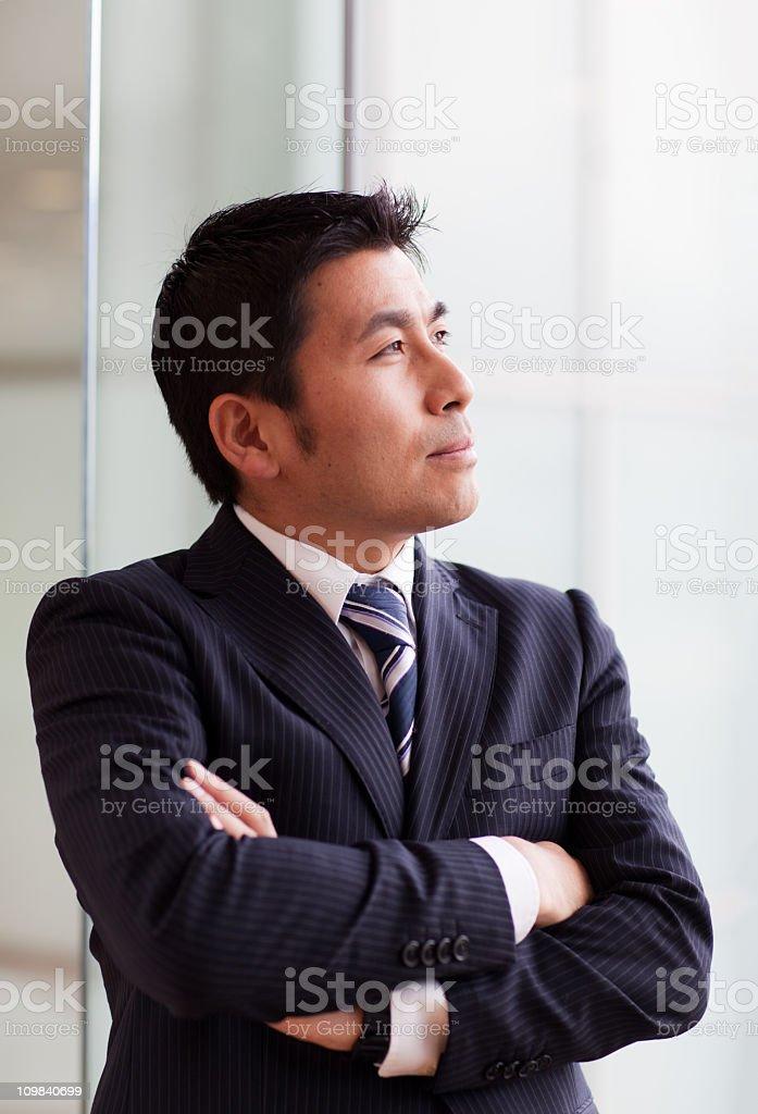 Japanischen Geschäftsmann fallen am Fenster – Foto