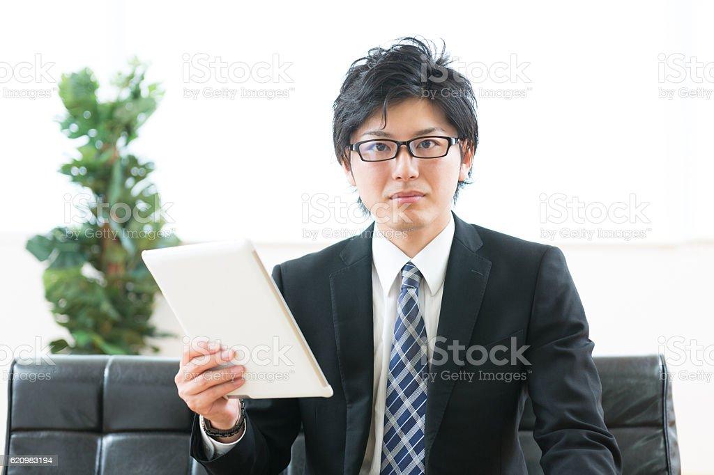 Japanese businessman holding a digital tablet foto royalty-free