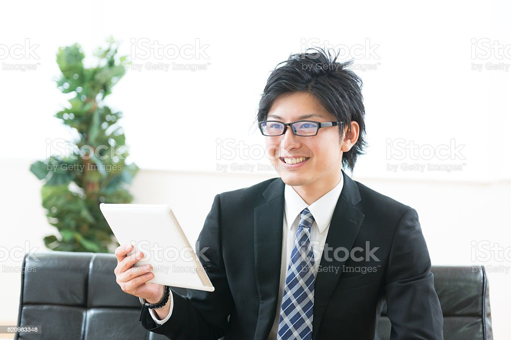 Japanese businessman holding a digital tablet foto royalty-free