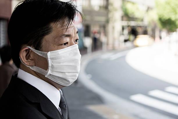 Japanese businessman wearing a face mask foto