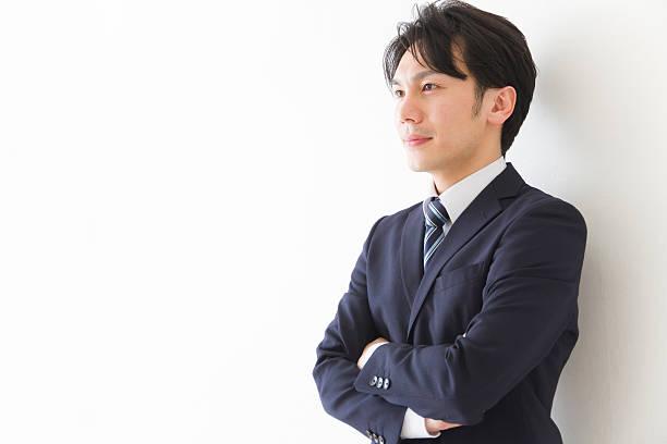 日本のビジネスマンが腕を組む - ビジネスマン ストックフォトと画像