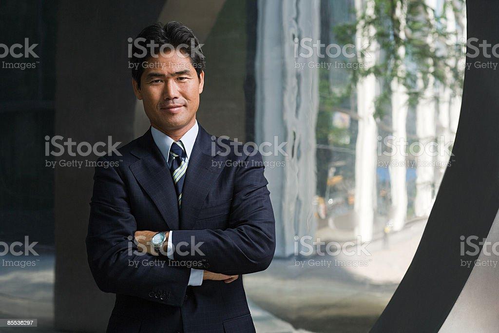 日本のビジネスマンが腕を組む ストックフォト