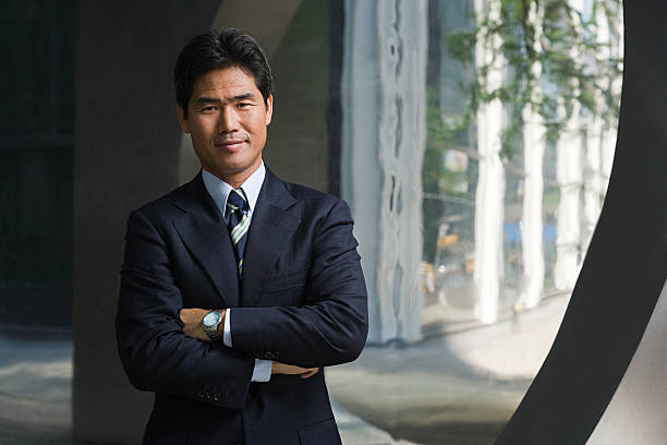 日本のビジネスマンが腕を組む - ビジネスポートレート ストックフォトと画像