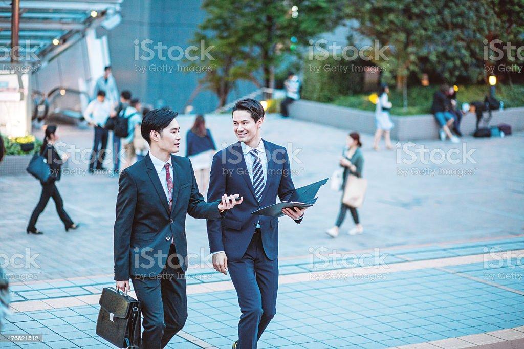 東京で日本のビジネスマンが、会話、屋外 ストックフォト