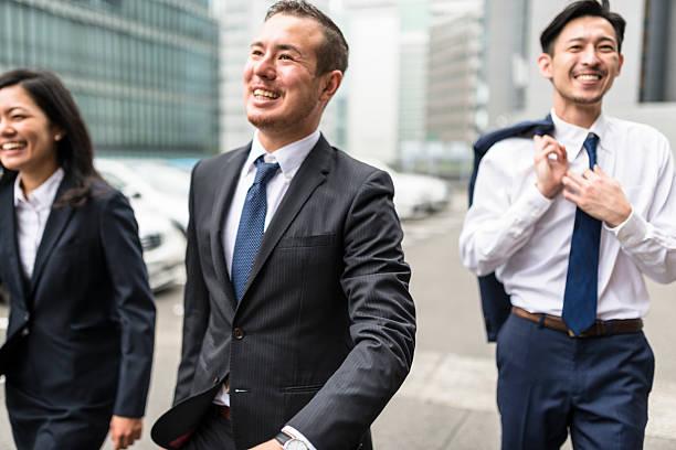 日本の実業家路上の大阪 - ビジネスマン 日本人 ストックフォトと画像