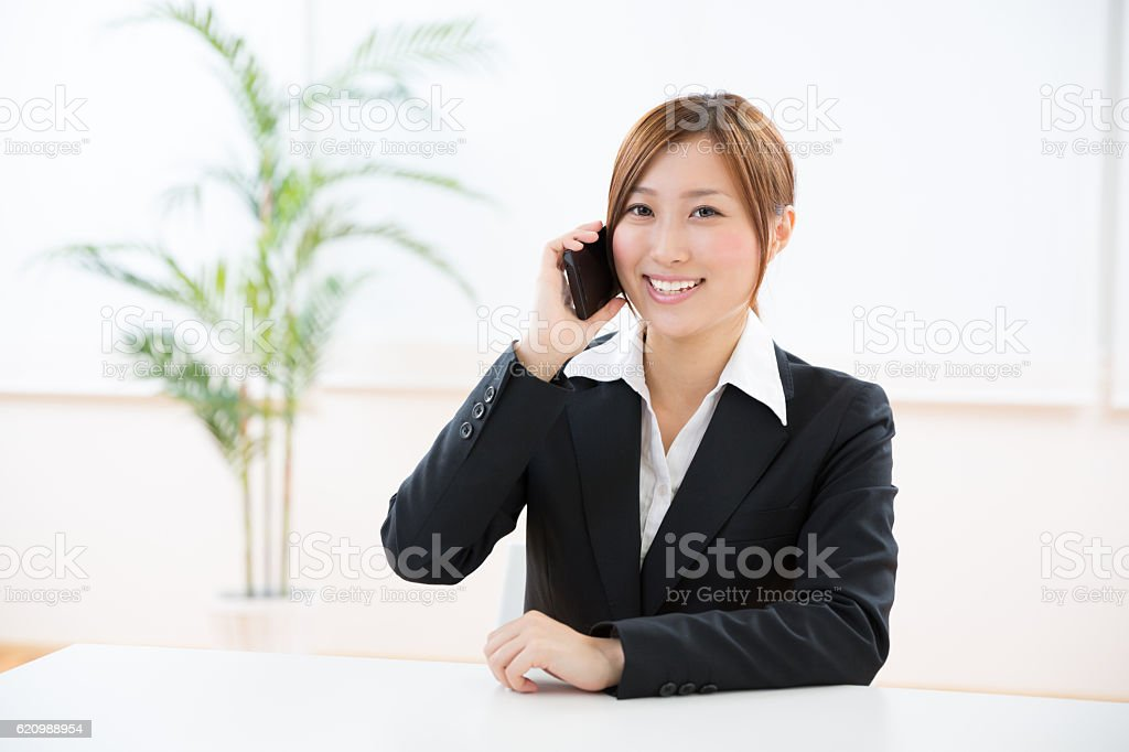 Japanese businesswoman talking on a smart phone foto royalty-free