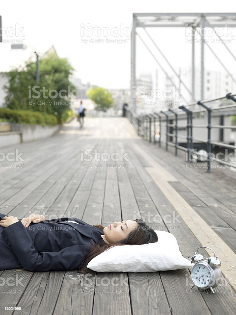 Japoński biznesowe kobieta spanie na zewnątrz zbiór zdjęć royalty-free