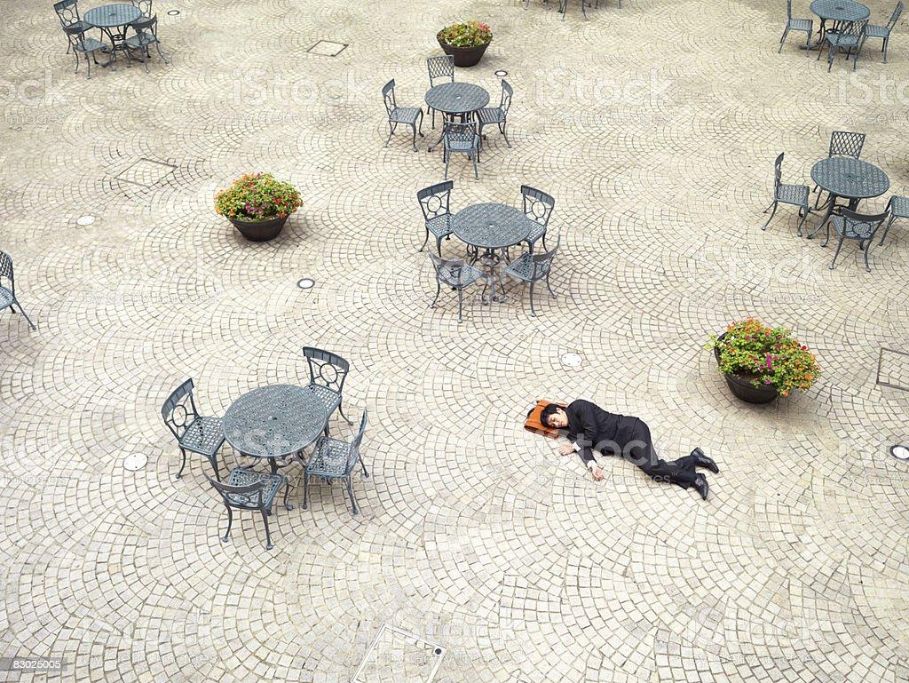 Japanese bussinessman spać poza zbiór zdjęć royalty-free