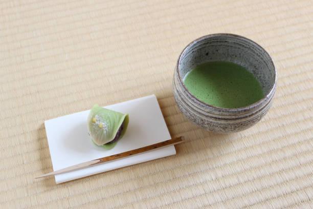 japanische kuchen und matcha tee-tasse serviert - grüntee kuchen stock-fotos und bilder