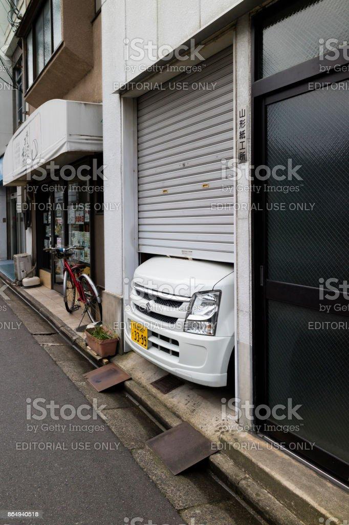 Voiture Japonaise Ne Rentre Pas Dans Le Petit Garage Dans La Rue à