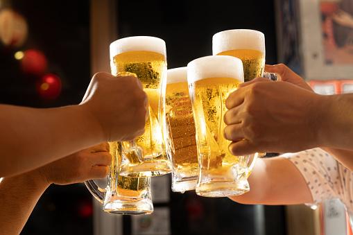 ビールで乾杯の写真|アインの集客マーケティングブログ