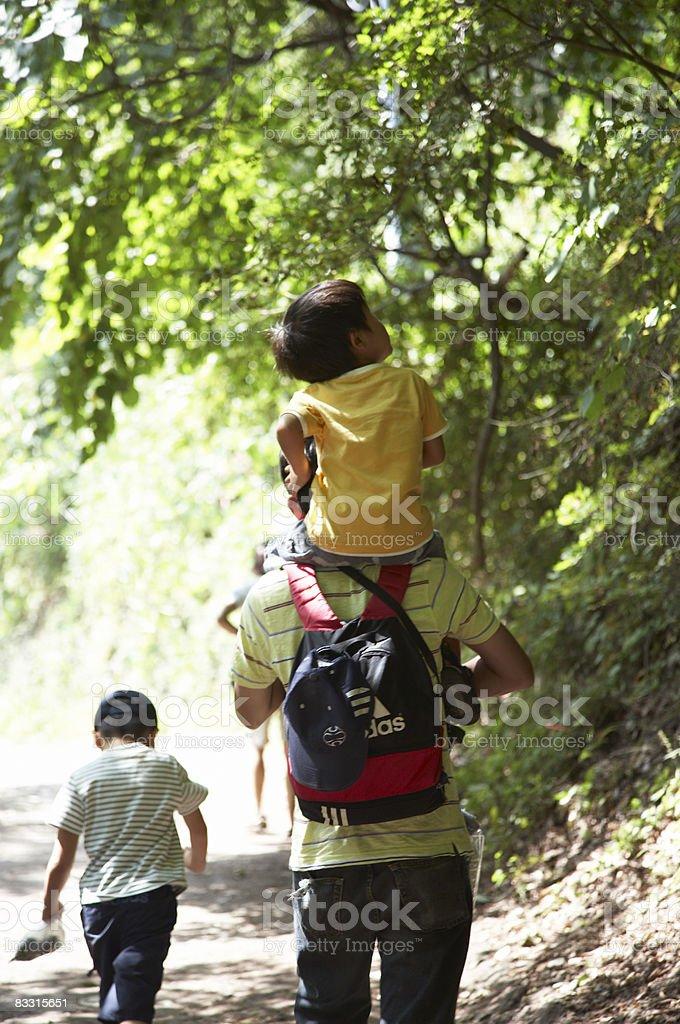 Giapponese di bambini e uomini, camminando nella foresta foto stock royalty-free