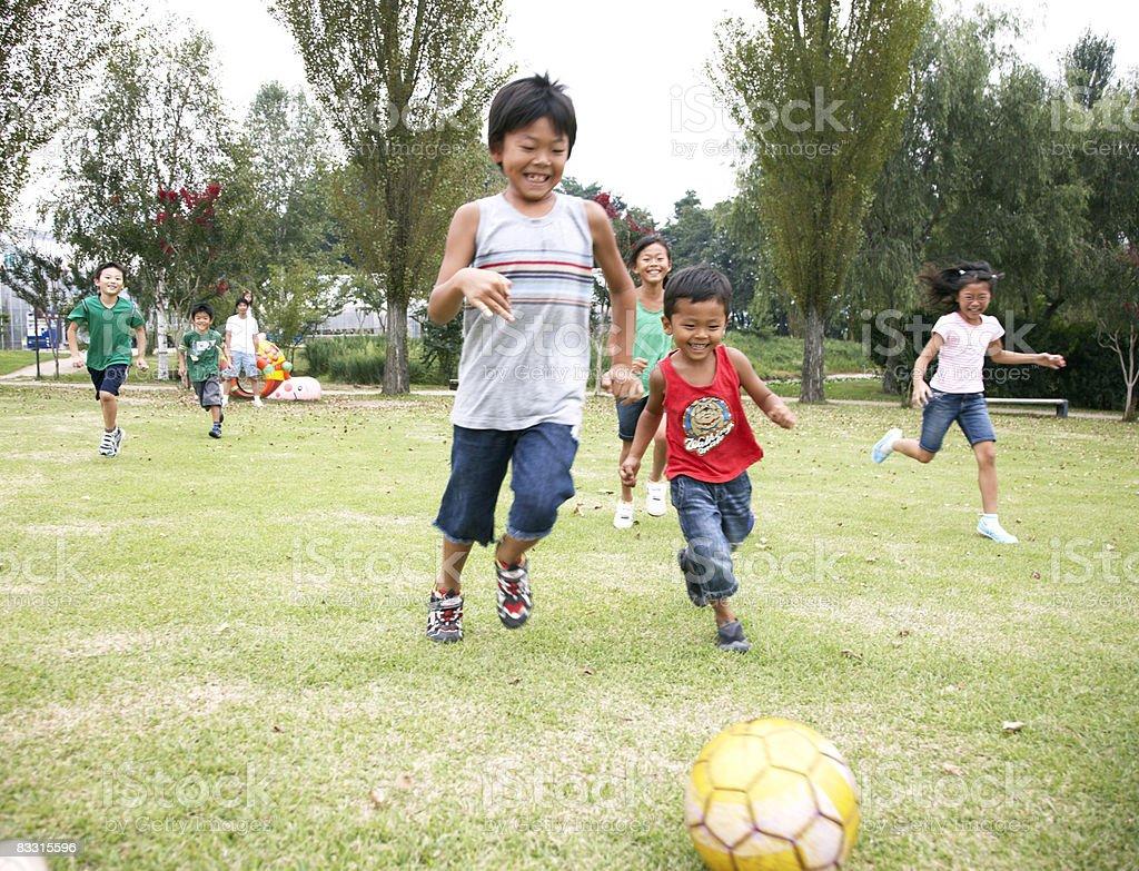 Bambini che giocano a calcio giapponese foto stock royalty-free