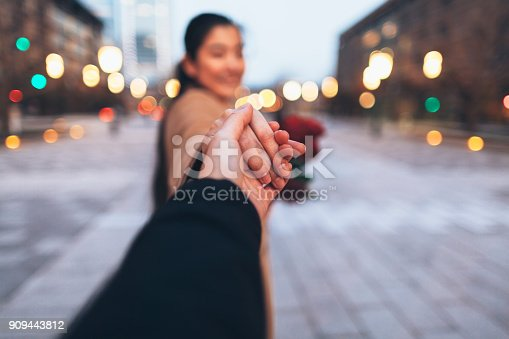 istock Japanese Couple Holding Hands And Walking In Tokyo 909443812