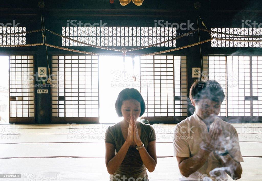 Casal japonês orar em um templo budista - foto de acervo