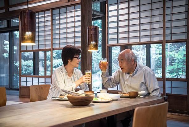 日本人夫婦で乾杯するビールグラス、夕食 - 特別な日 ストックフォトと画像