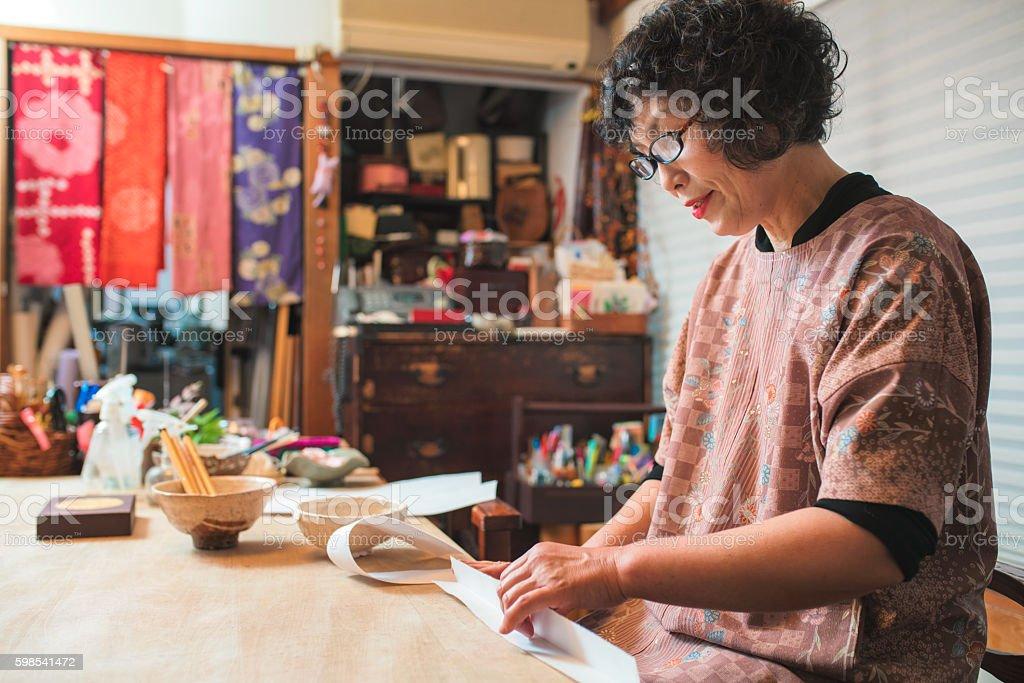 Japanese Craftsperson making a paper bowl photo libre de droits