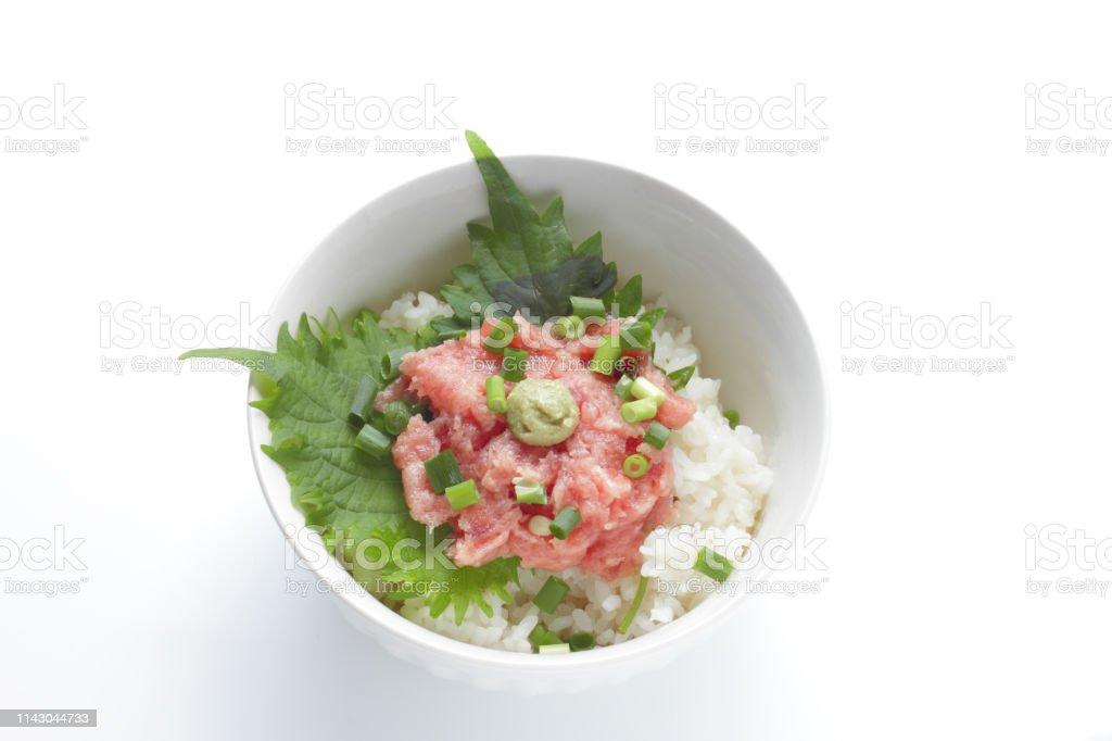 日本料理、マグロのお刺身、すしライスの葱。 ストックフォト