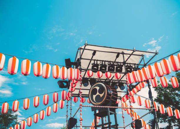 和太鼓の太鼓、yaguro のステージ上。お盆の休日のため紙の赤白提灯提灯風景 - 伝統的な祭り ストックフォトと画像
