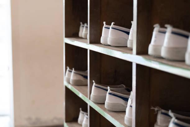 日本の小学校の靴箱とスリッパ - 小学校 ストックフォトと画像