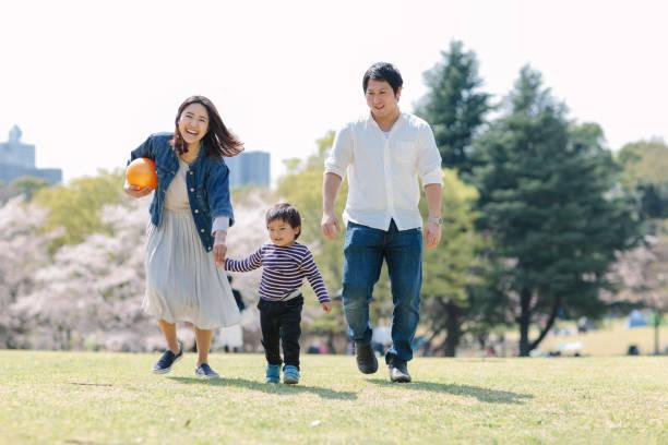春に自分の時間を楽しんでいる日本の家族 - 家族 日本人 ストックフォトと画像