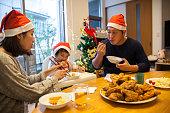 クリスマス ランチを持っている日本の家族