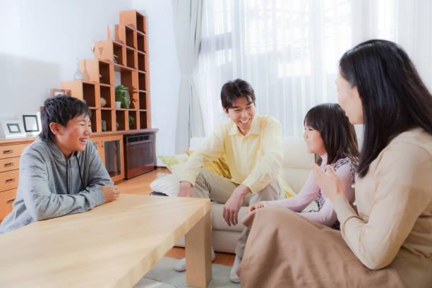 日本の家族のホームインテリアのリビングルームの hz - 談笑する ストックフォトと画像
