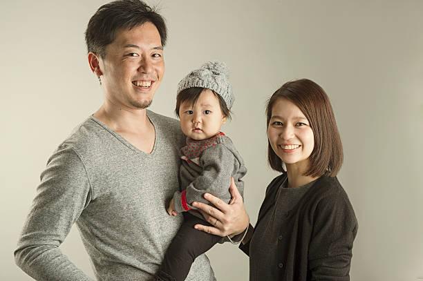 japanese family  in studio shot - スタジオ 日本人 ストックフォトと画像