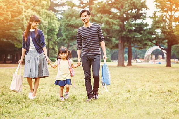 日本の家族の公園 - 母娘 笑顔 日本人 ストックフォトと画像