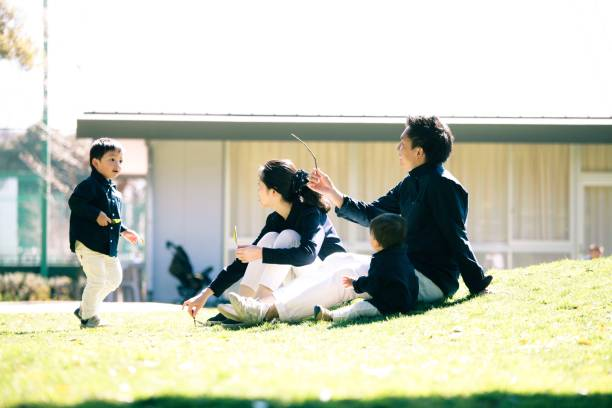 日本の家族の週末 - 家族 日本人 ストックフォトと画像