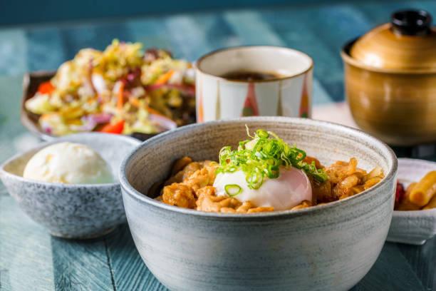 日本料理、ボウルポーク、卵入りライス - 丼物 ストックフォトと画像