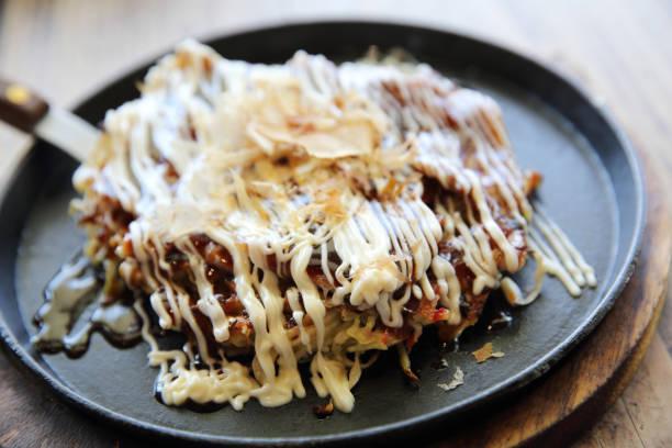 japanische speisen, japanische okonomiyaki pizza - teppan yaki grill stock-fotos und bilder