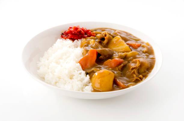 alimento japonês, caril da carne de porco com arroz no fundo branco - caril - fotografias e filmes do acervo