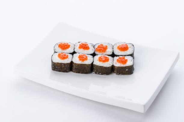 restaurante de comida japonesa, sushi maki gunkan rollo placa o plato conjunto. set de sushi y composición - algas fondo blanco fotografías e imágenes de stock