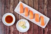 和食のおかずを添えてサーモン寿司。