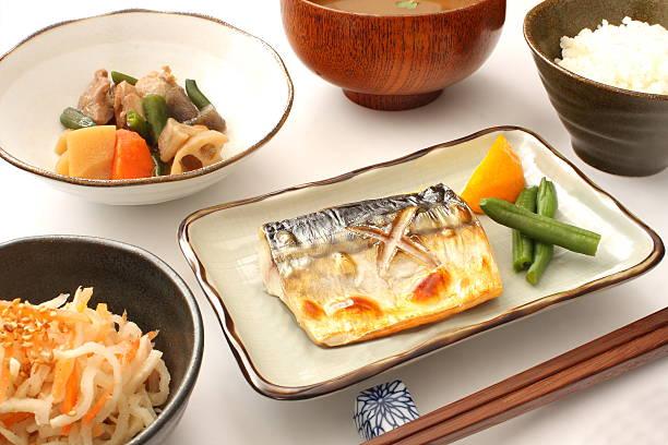 japanese food, salt-grilled mackerel, simmered vegetables, miso soup and rice - peixe na grelha imagens e fotografias de stock