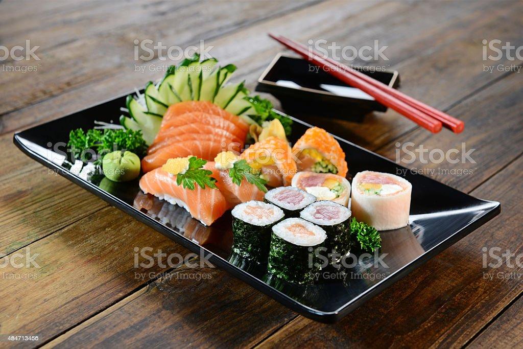 Comida japonesa de sushi y sashimi - foto de stock