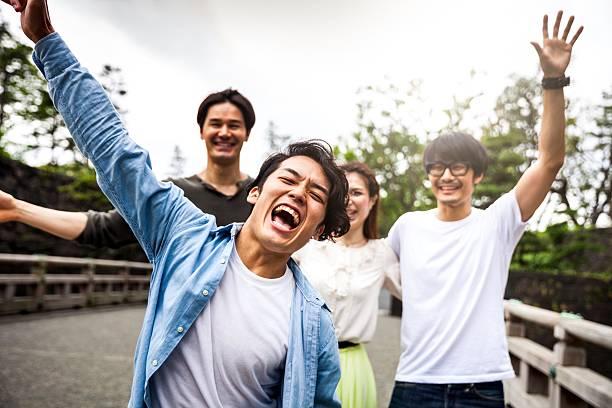 日本のご友人やご同僚と街の - 男 ストックフォトと画像