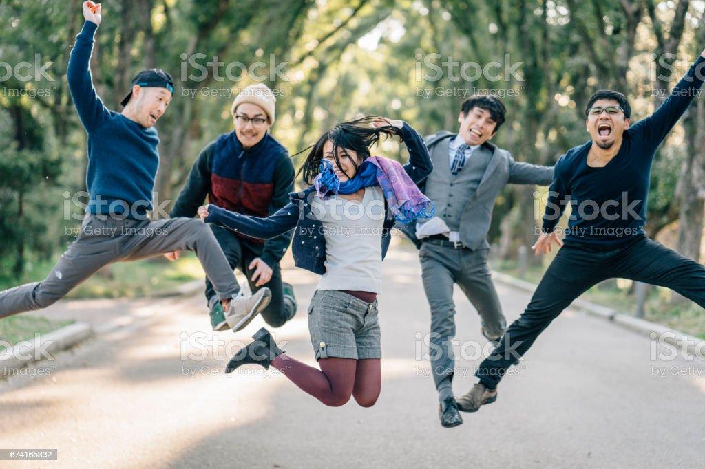 Amigos japoneses saltar juntos - foto de acervo