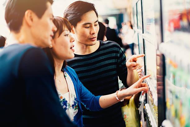 Japanische Freunden auf einen Verkaufsautomaten – Foto