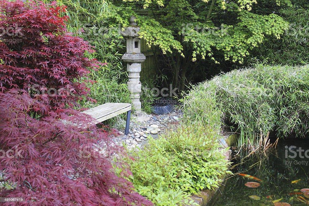 Photo libre de droit de Jardin Japonais Avec Bassin De Carpes Koï En ...