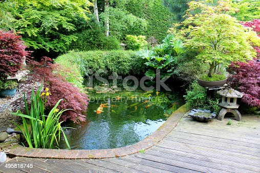 Jard n japon s con amplio estanque con peces koi linterna for Estanque japones