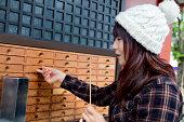 日本の女の子の引き出しに omikuji 「openin 」とご指定ください浅草寺