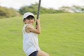 日本の女の子(5歳)は、飛ぶキツネと遊んで