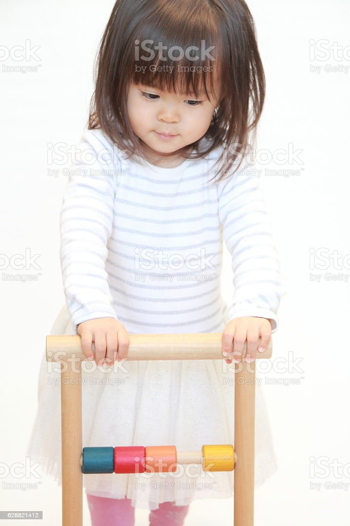 Japanese girl pushing a cart (2 years old) - foto de acervo
