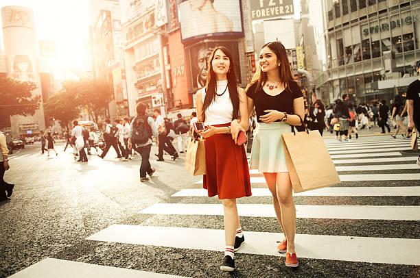 japanische freundinnen einkaufen in shibuya in tokio - neontasche stock-fotos und bilder