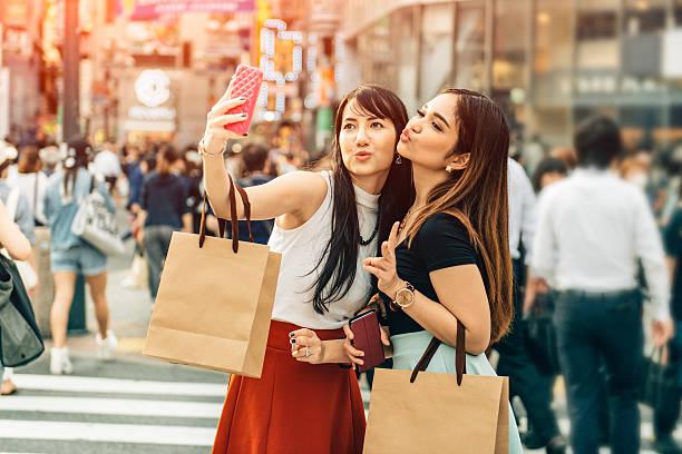 日本のガールフレンドのショッピング、渋谷の東京 ストックフォト