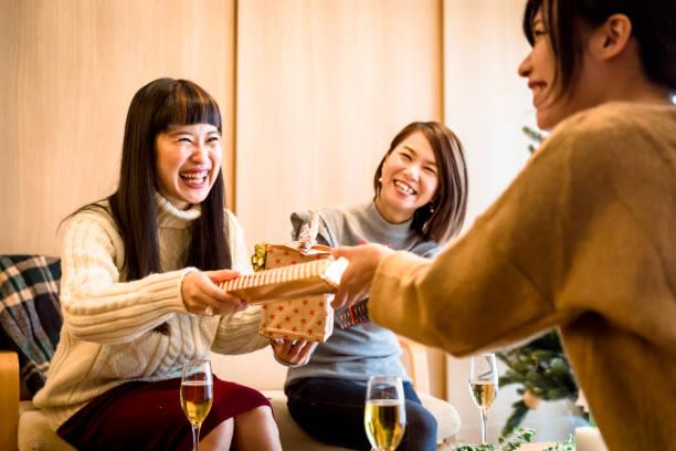 japanische mädchen genießen geschenke austausch - weihnachten japan stock-fotos und bilder