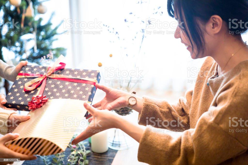 プレゼント交換を楽しむ日本の女の子 ストックフォト