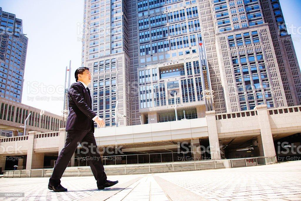 Japanische Regierungsangestellter zu Fuß zur Arbeit Tokyo city hall – Foto